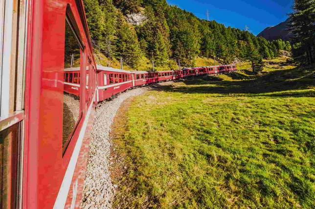 Il trenino del Bernina rosso fuoco sulla neve bianca