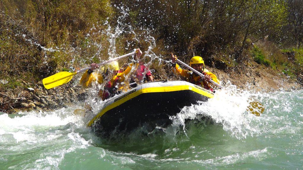 Rafting e Canoa Il Battesimo del fiume in Valle Aurina. Il luogo migliore per misurarsi con due partiche divertenti ad ogni età, ma che richiedono forte spirito di squadra e grande coordinazione. Discipline perfette per testare tenacia e self control. Ed anche per questo Brickscape, consiglia di affrontare il rafting - così come la canoa – senza il classico 'fai da te'. Prima di mettersi a pagaiare o buttarsi giù dalle rapide con un gommone, è meglio seguire qualche lezione da un esperto.