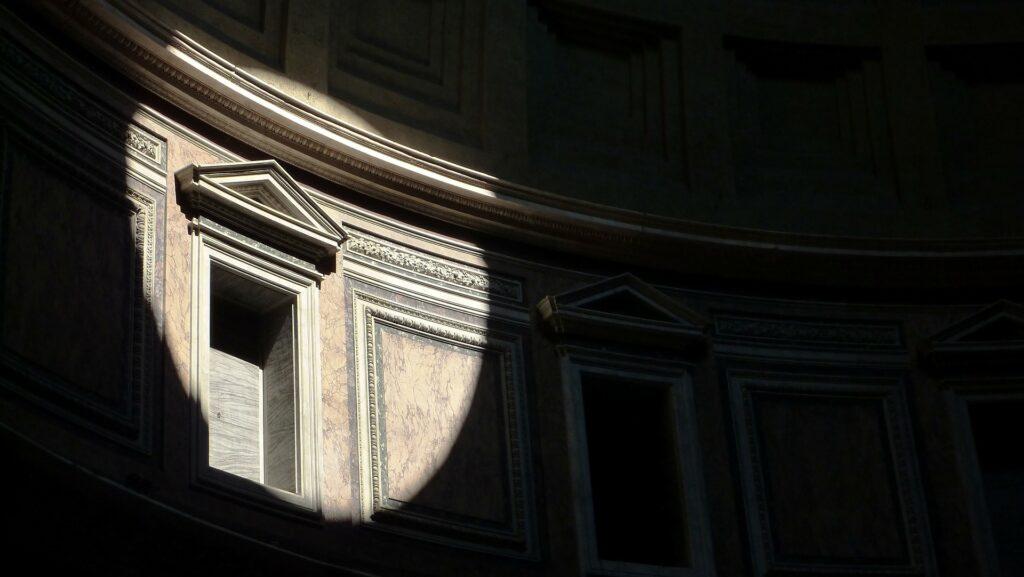 Un dettaglio tra luci e ombre del Pantheon a Roma