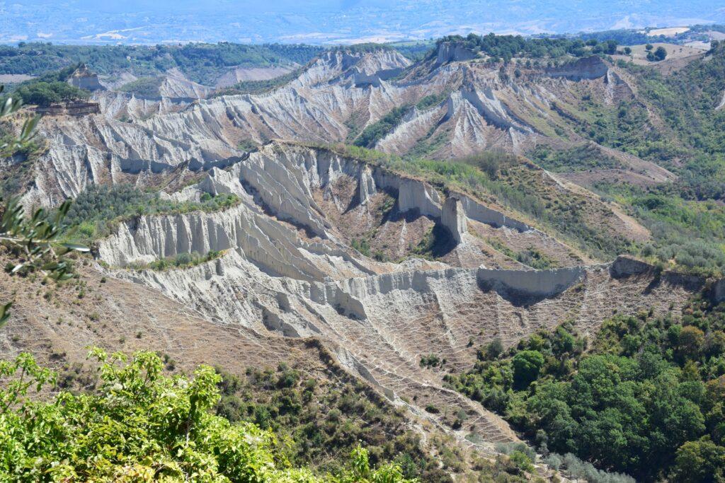 La roccia di tufo da cui erge Civita di Bagnoregio