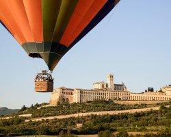 Giro in mongolfiera sulla città di Assisi e sul paesaggio dell'Umbria