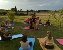 Lezione di yoga per tutti in fattoria tra le colline toscane