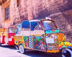Street food a Palermo con un coloratissimo tuk tuk